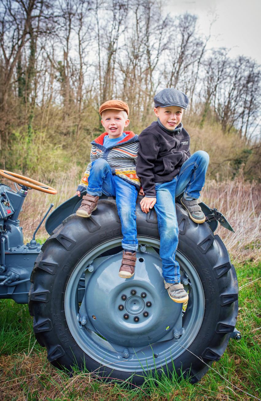Geschwister auf Traktor