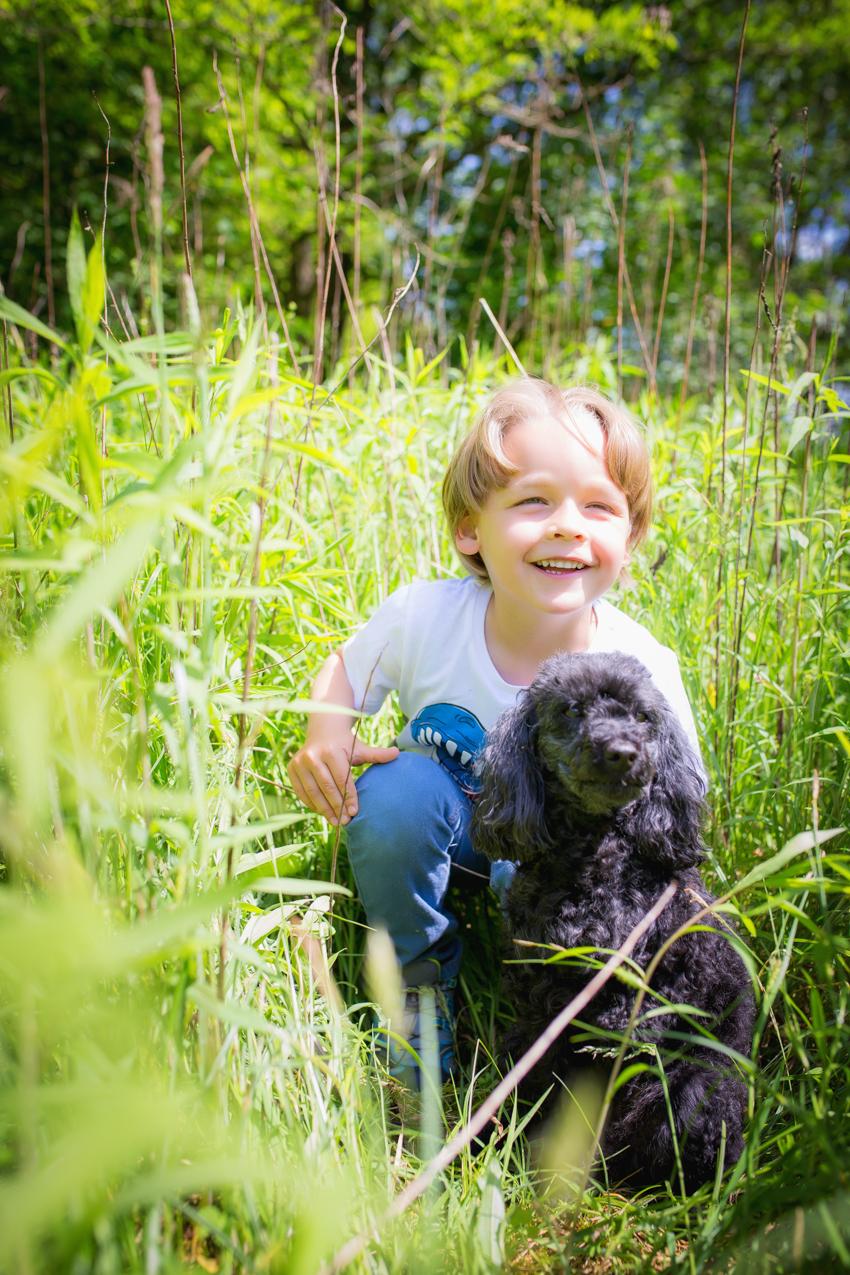Kind mit Hund Wiese